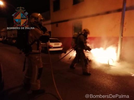 Los bomberos, actuando durante un incendio de un contenedor en Palma.