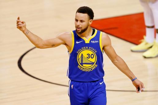 Stephen Curry celebra una canasta de los Warriors.