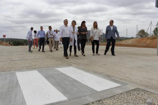 Las autoridades durante la visita al nuevo aparcamiento del hospital de Inca.