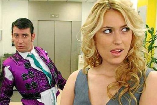 Carolina Cerezuela, en una escena de la serie de comedia 'Camera Café', junto al actor Arturo Valls.