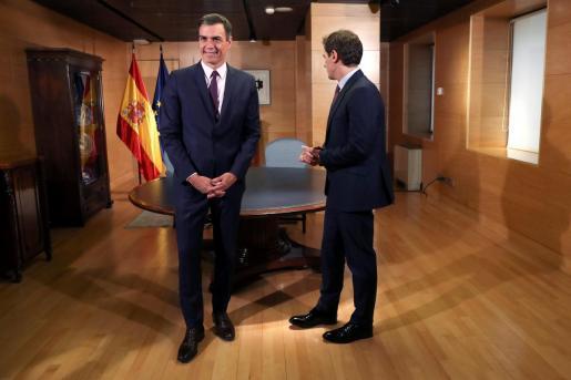 El presidente del Gobierno en funciones, Pedro Sánchez con el líder de Cs, Albert Rivera.