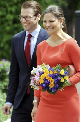 Fotografía de archivo fechada el 26 de mayo de 2011 que muestra a la princesa heredera Victoria de Suecia (d) y a su esposo, Daniel Westling (i).