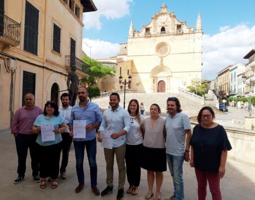 Representantes del BLOC, PSIB y PI mostrando el acuerdo de gobernabilidad en Felanitx.