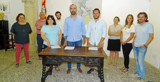 La Casa de Cultura fue el escenario escogido por los tres partidos para escenificar la firma del nuevo acuerdo de gobierno. Isabel Montero (Bloc), Jaume Monsterrat (PI) y Xisco Duarte (PSOE), flanqueados por otros miembros de las formaciones implicadas, formalizaron la entente.
