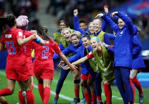 Jugadoras de Estados Unidos celebran la anotación de un gol ante Tailandia durante un partido de la Copa Mundial Femenina de la FIFA 2019, en Reims (Francia).