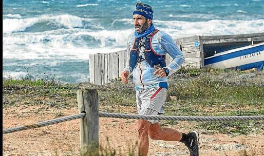 Pere Lluís Garau, recorriendo el litoral de Formentera.