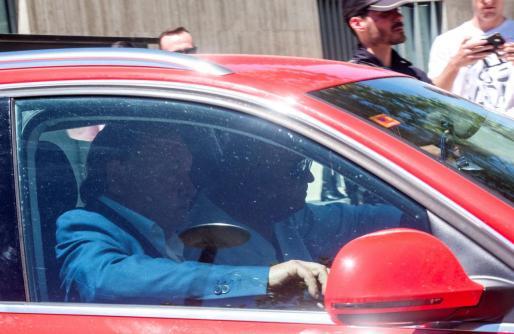 El presidente del Huesca, uno de los implicados en la 'Operación Oikos', el supuesto caso de amaños de partidos de fútbol, a su salida de juzgado tras prestar declaración.