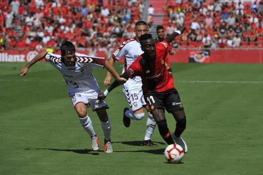 El mallorquinista Lago Junior intenta superar a Álvaro Tejero, defensa del Albacete, durante el partido de liga disputado en el estadio de Son Moix.