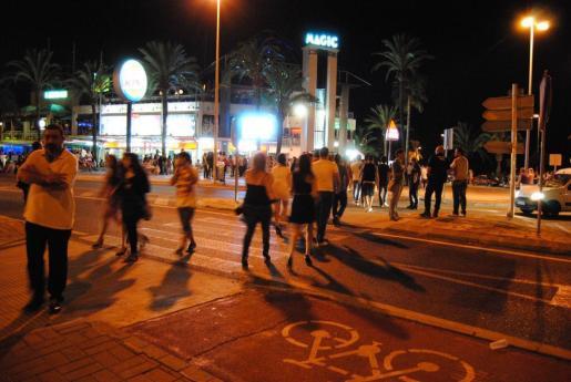 Miles de jóvenes, muchos menores, acuden cada final de curso a la zona más turística de Alcúdia para salir de fiesta, con un fuerte dispositivo de seguridad a su alrededor.