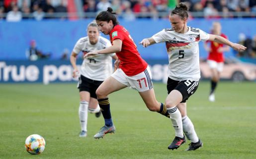 La jugadora de la selección española femenina de fútbol, Lucía García, disputa el balón con la de la selección alemana, Marina Hegering.