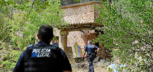 En la imagen, dos policías locales de Andratx proceden a identificar a los okupas que habían entrado en una casa de la localidad.