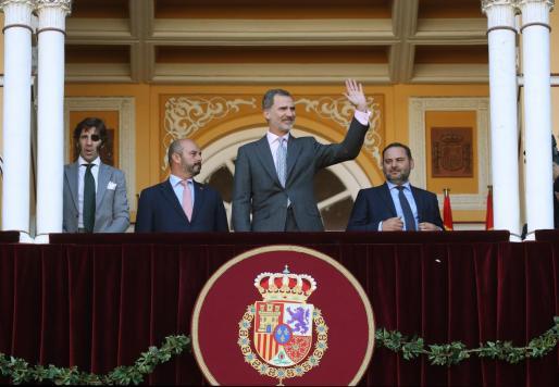 El Rey Felipe, el ministro de Fomento en funciones, José Luis Ábalos, el presidente de la Comunidad de Madrid en funciones, Pedro Rollán y el diestro Juan José Padilla en la Monumental de Las Ventas, en Madrid.