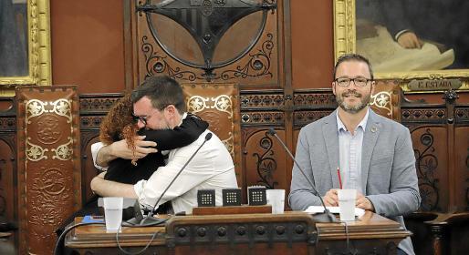 Jhardi y Noguera se abrazan mientras Hila sonríe en el último pleno extraordinario.