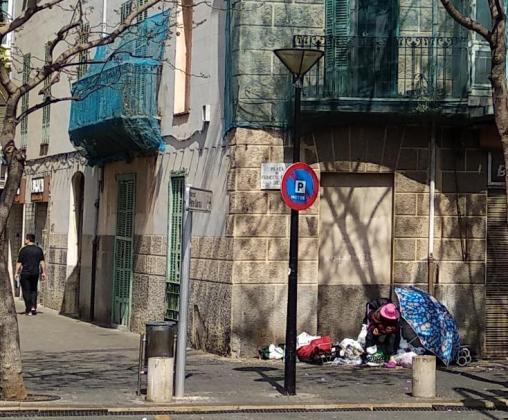 Vecinos y comerciantes piden a las administraciones que tomen cartas en el asunto ante el empeoramiento en la salud de esta mujer que vive en la calle junto al Hostal Baleares.