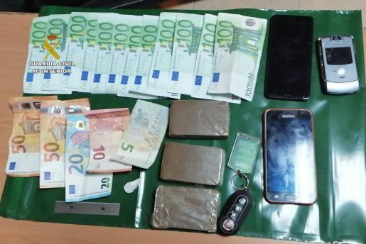 Imagen del dinero y el material incautado en Inca.