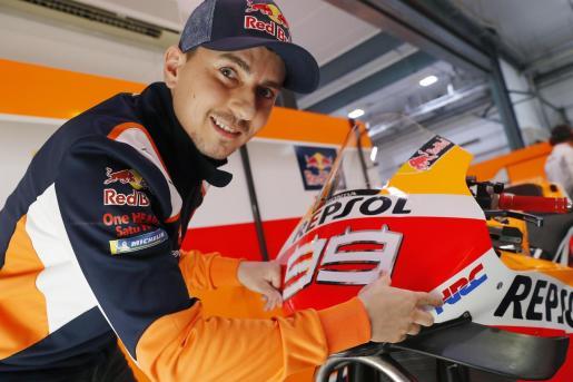Jorge Lorenzo en su box con su Honda.