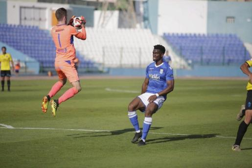 Carl Klaus, portero del Atlético Baleares, atrapa el balón ante Moha Traoré, futbolista del Melilla, durante el partido de ida de la eliminatoria, disputado en el estadio Álvarez Claro.