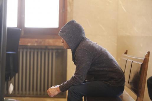 El autor del crimen durante el juicio.