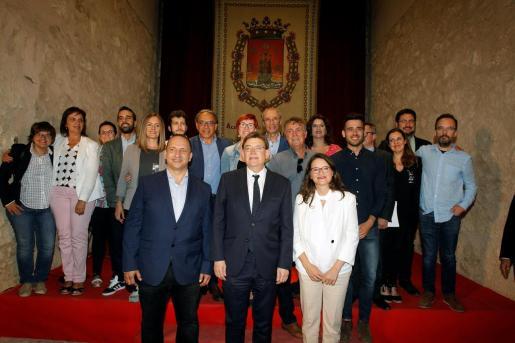 Los líderes del PSPV-PSOE, Ximo Puig (c), de Compromís, Mónica Oltra, y de Unides Podem-EU, Rubén Martínez Dalmau, tras la firma del pacto del nuevo gobierno valenciano.