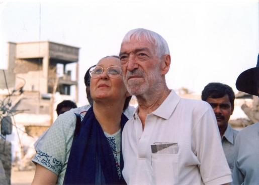 El cooperante Vicente Ferrer junto a Anna Ferrer en la India.