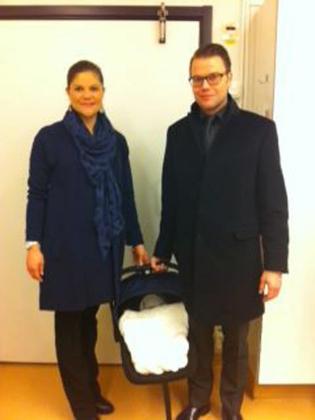 La princesa Victoria de Suecia, y su marido, Daniel Westling, a la salida de la clínica ayer con su hija recién nacida.