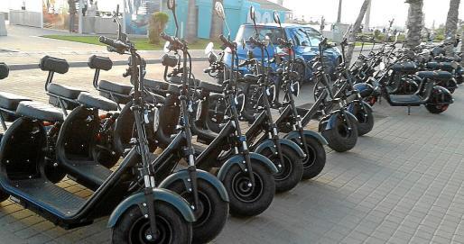Las motos ocupan de forma ilegal la calle en la Platja de Palma, y los usuarios generan molestias.