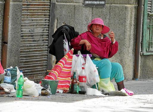 La mujer, al parecer de origen rumano, cual numantina defiende su derecho a estar ahí.