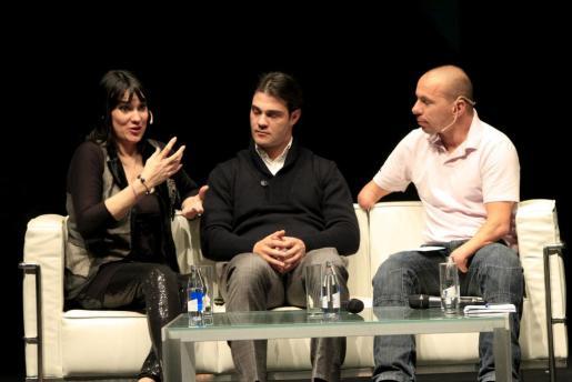 Irene Villa, su marido y Xavi Torres, durante su intervención.