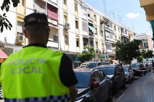 Fachada del bloque de pisos en la calle Espejo Blanca de Córdoba donde han sido hallados los cuerpos sin vida de dos personas, que presentaban heridas por arma blanca, en la vivienda donde se había registrado un incendio.