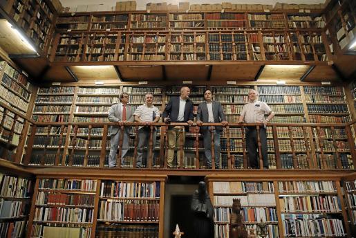 Llorenç Huguet, Emilio Velasco, Miquel Ensenyat, Francesc Miralles y Josep Amengual, ayer, en la biblioteca del Monestir de la Real, en Palma.