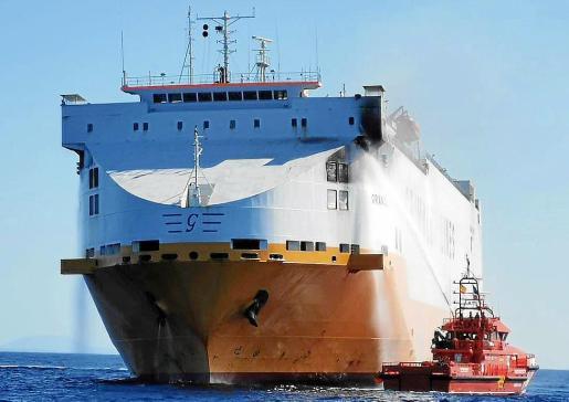 El carguero incendiado fue remolcado al puerto de Palma hace un mes.