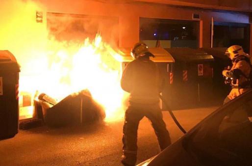 Imagen de archivo de los bomberos sofocando un incendio en contenedores de Palma.