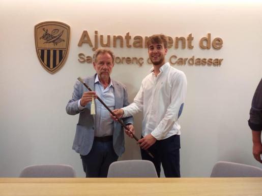 Mateu Puigrós con la vara de Mando.