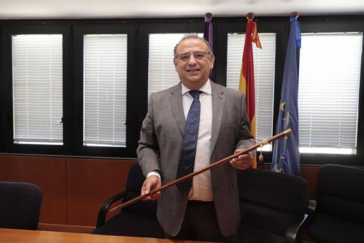 Alfonso Rodríguez con la vara de mando del Ajuntament de Calvià.