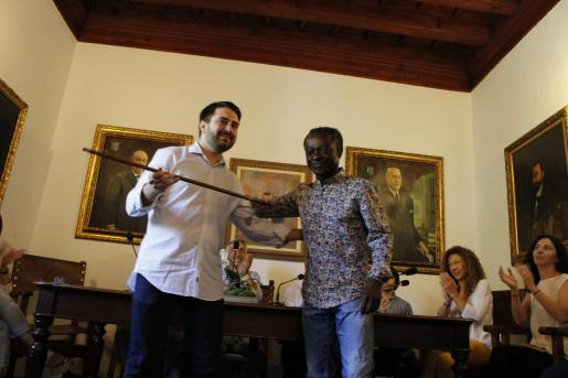 El ecosoneranista Guillem Balboa entrega la vara de mando al 'popular' Llorenç Perelló, nuevo alcalde de Alaró.