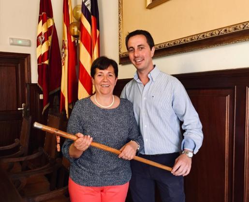 Llorenç Galmés entrega la vara de mando a su sucesora como alcaldesa de Santanyí María Pons, también del PP.