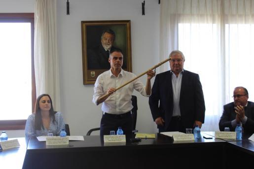 Martí Àngel Torres recibe de manos de Joan Monjo la vara de alcalde de Santa Margalida.