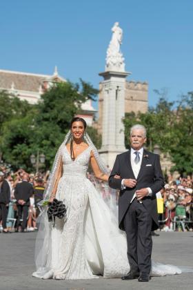 La presentadora Pilar Rubio, junto a su padre, a su llegada a la Catedral de Sevilla donde se celebra este sábado su boda con el futbolista Sergio Ramos.