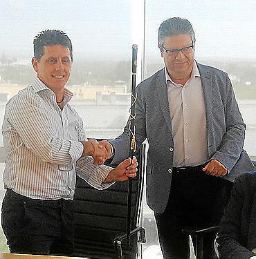 Chema Muñoz recibe la vara de manos de su socio de gobierno, Bartomeu Ripoll.