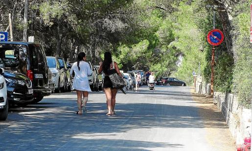 El Ajuntament prohibirá aparcar en la vía de acceso a la playa y fijará allí un espacio exclusivo para peatones.