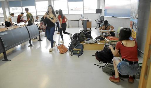 Un aula antes de realizar el pasado jueves los exámenes de 'Fonaments de l'Art II' y 'Matemàtiques Aplicades a les Cièncias Socials II', con las mochilas y bolsos a la entrada.