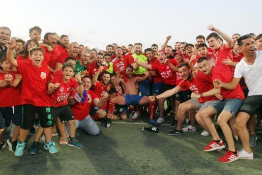 Los jugadores del Collerense celebran el ascenso a la Tercera División.