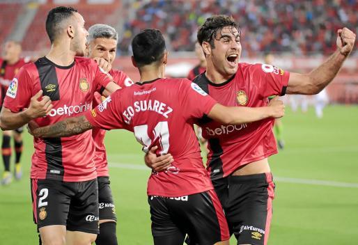 Sastre, Salva Sevilla y Abdón Prats felicitan a Leo Suárez tras el gol anotado por el argentino ante el Albacete el pasado jueves en Son Moix.