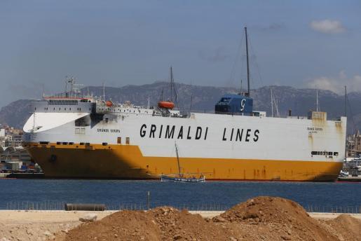 El 'Grande Europa', de la compañía Grimaldi, permaneció varios días en la bahía de Palma.