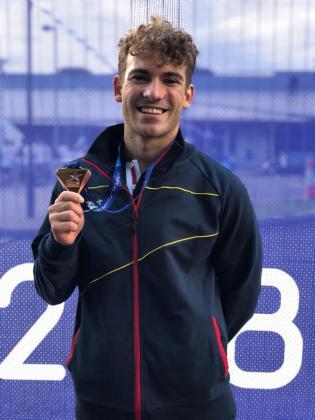Joanllu Pons posa con su medalla de bronce europea.