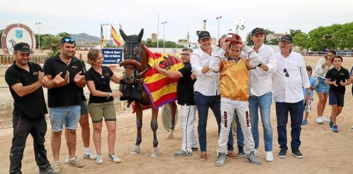 Joan Toni Riera y el resto del equipo celebran la victoria de 'Gas de Font' en el Gran Premi de Manacor.