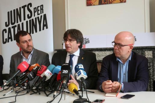 Boye, en una imagen de archivo junto a sus defendidos, el exconseller catalán Antoni Comín (i), y el expresidente de Cataluña Carles Puigdemont.