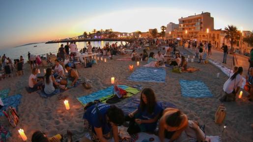 El 23 de junio todas las playas de Mallorca se llenan de hogueras para dar la bienvenida al verano.