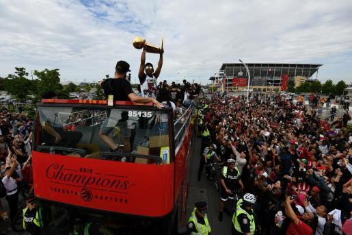 Kyle Lowry muestra el Larry O'Brien NBA Championship Trophy durante el paso del equipo por las calles de Toronto.