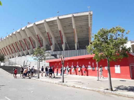 Imagen de la colas de aficionados del Real Mallorca en Son Moix para comprar entradas de cara al partido entre el equipo rojillo y el Deportivo de este próximo domingo.